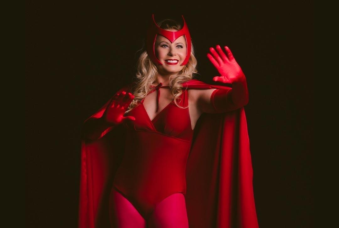 Com fantasia decotada Vera Fischer posa de super-heroína e dispara: ''Dia de WandaVision''. Foto: Reprodução Instagram