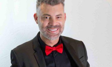Na Rede TV!, famoso cabeleireiro Nell Carmo faz sucesso como jurado do reality show Duelo de Salões. Foto: Divulgação