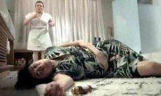 """Após tomar remédios, Silvana é encontrada desmaiada por Dita nesta sexta (19) em """"A Força do Querer"""""""