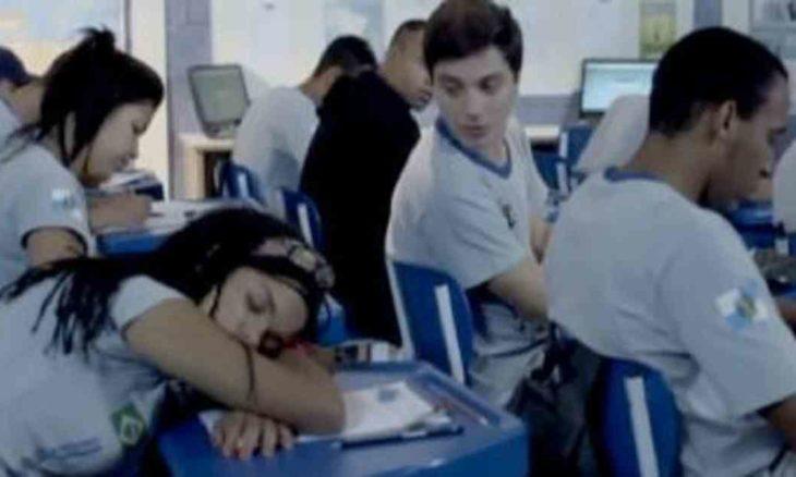 """Sol dorme durante uma prova no colégio nesta segunda (22) em """"Malhação: Sonhos"""""""