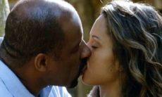 """Quirino e Nicole se beijam nesta segunda (22) em """"Flor do Caribe"""""""