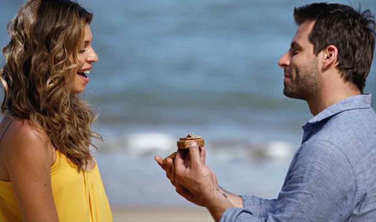 Ester aceita o pedido de casamento de Cassiano neste sábado (6) em 'Flor do Caribe' (Foto: Reprodução/Globo)