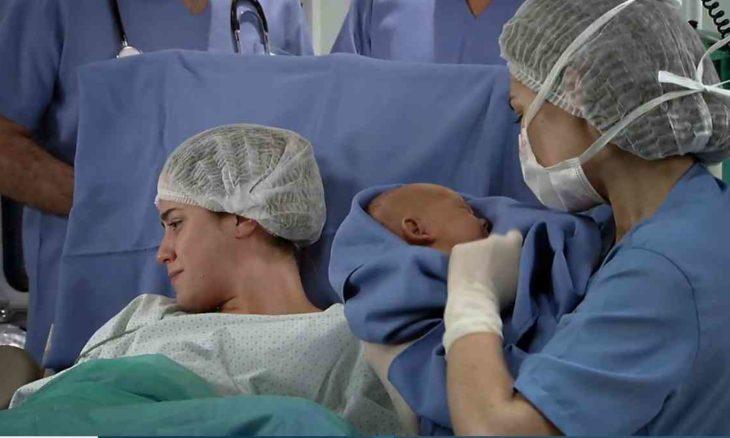 """Ana dá a Júlia mas olha para a filha neste sábado (6) em """"A Vida da Gente"""""""