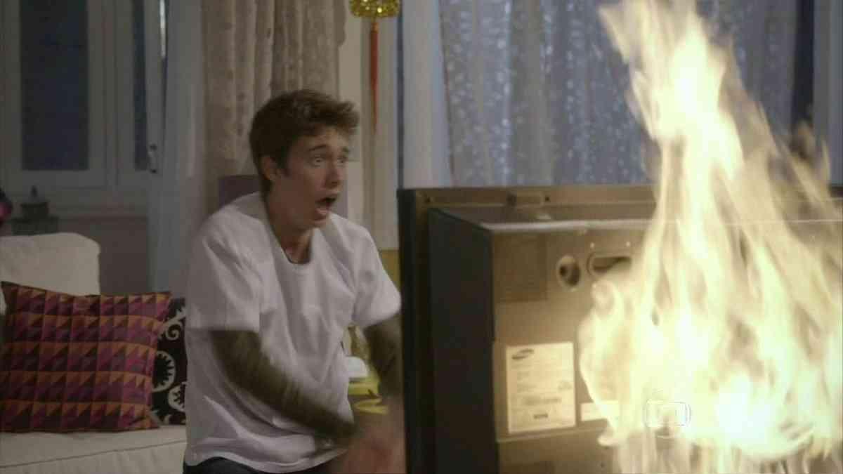 João instala um videogame velho e sua TV pega fogo nesta quinta (25) em 'Malhação: Sonhos'