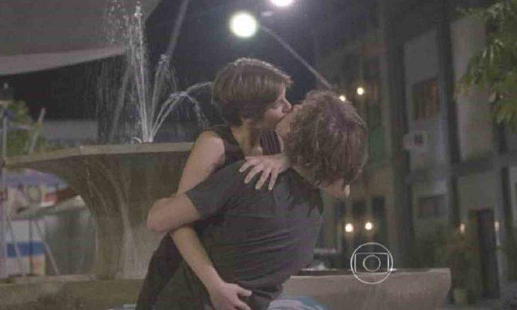 Karina beija Pedro após ouvir música dela nesta terça (6) em 'Malhação: Sonhos'