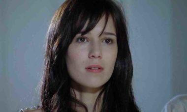 Manuela cuida de Rodrigo, que está com febre nesta sexta (16) em 'A Vida da Gente'