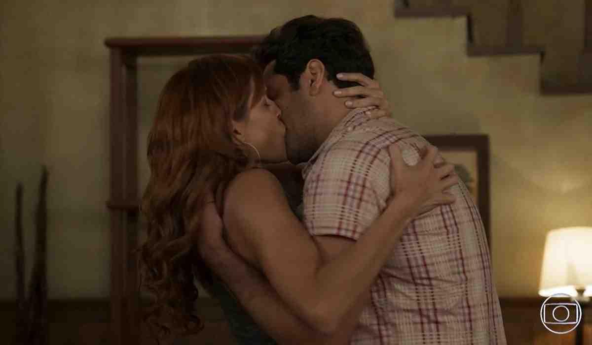 Alexia e Zezinho se beijam no sítio nesta sexta (30) em 'Salve-se Quem Puder'