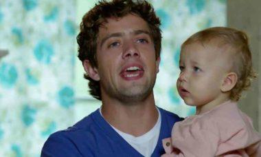 Rodrigo se desespera após Júlia engolir moeda nesta quinta (15) em 'A Vida da Gente'