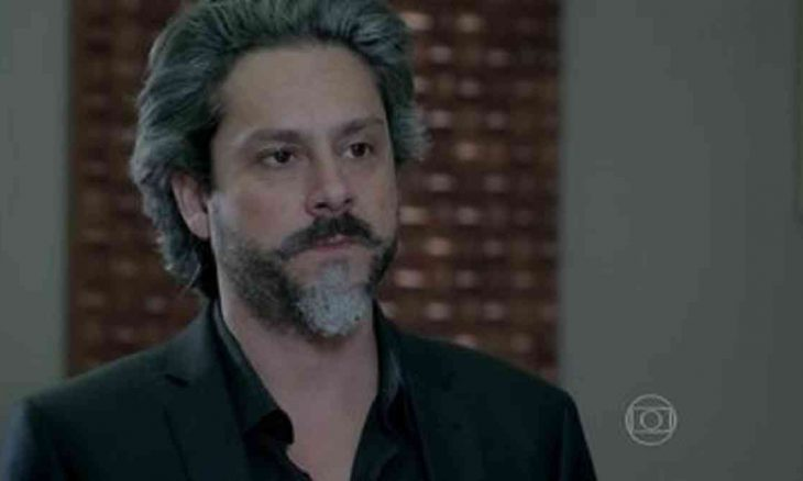 José Alfredo deixa o hospital neste sábado (8) em 'Império' (Foto: Reprodução/Globo)