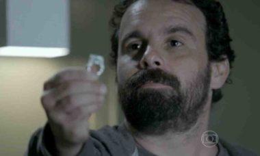 Ismael entrega o anel para José Alfredo nesta segunda (31) em 'Império'