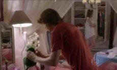 Pedro tira a câmera do quarto de Karina nesta quinta (27) em 'Malhação: Sonhos'