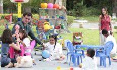Ana se encantada com o jeito de Lúcio na ONG nesta quinta (13) em 'A Vida da Gente'