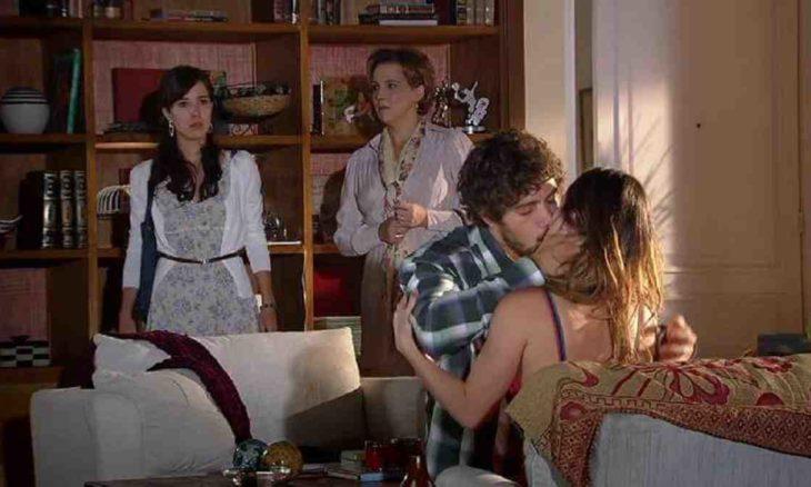 Manuela flagra Ana e Rodrigo se beijando nesta quarta (2) em 'A Vida da Gente'