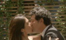 Pedro flagra Roberta e Marcelo se beijando.