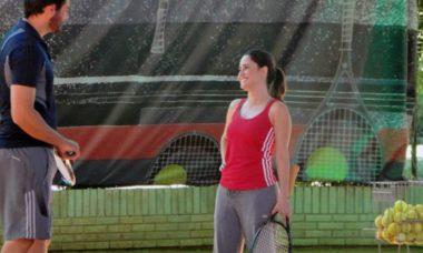 Ana dá sua primeira aula de tênis para Lúcio nesta sexta (2) em 'A Vida da Gente'