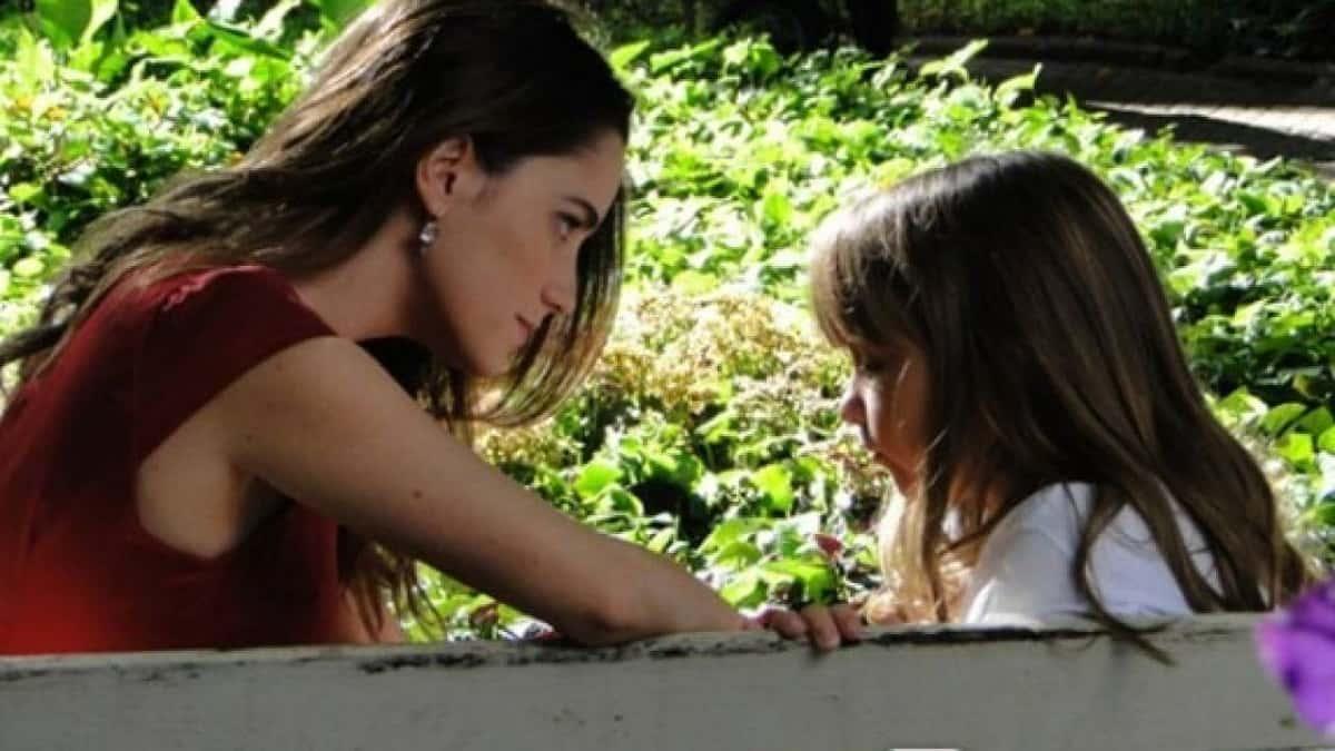 Ana conta para Júlia que voltou a namorar Lúcio nesta sexta (9) em 'A Vida da Gente'
