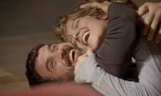 Gael consente que Karina viaje com Pedro nesta terça (10) em 'Malhação: Sonhos'