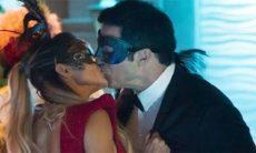 Sandra Helena beija Eric, e Douglas vê nesta quarta (25) em 'Pega Pega'