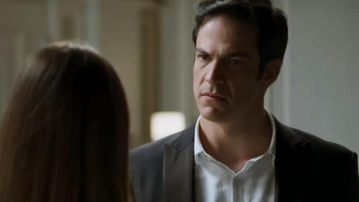 Luiza propõe a Eric que eles mantenham em segredo sua relação neste sábado (7) em 'Pega Pega'