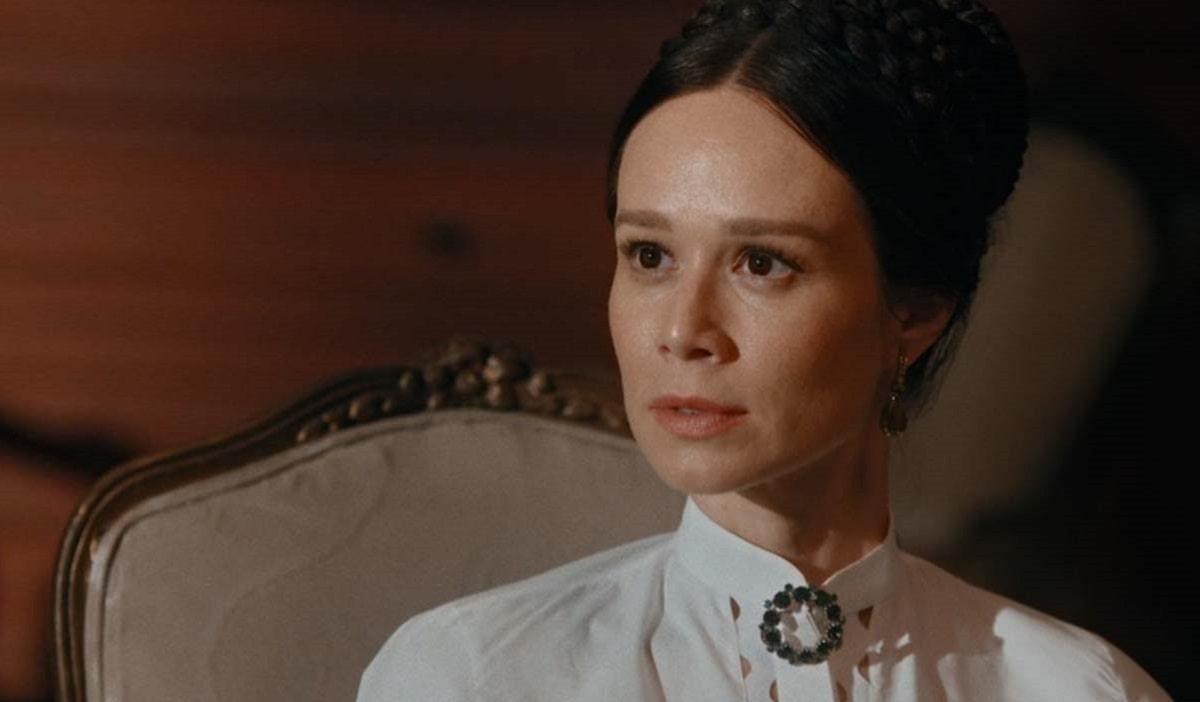 Luísa vê Mariquinha beijando Pedro nesta quarta (1) em 'Nos Tempos do Imperador'