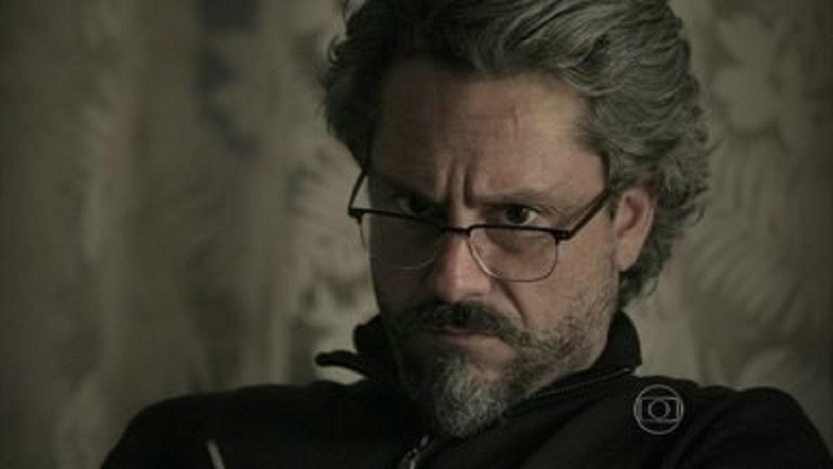 José Alfredo pensa em sua lista de suspeitos nesta quarta (22) em 'Império'