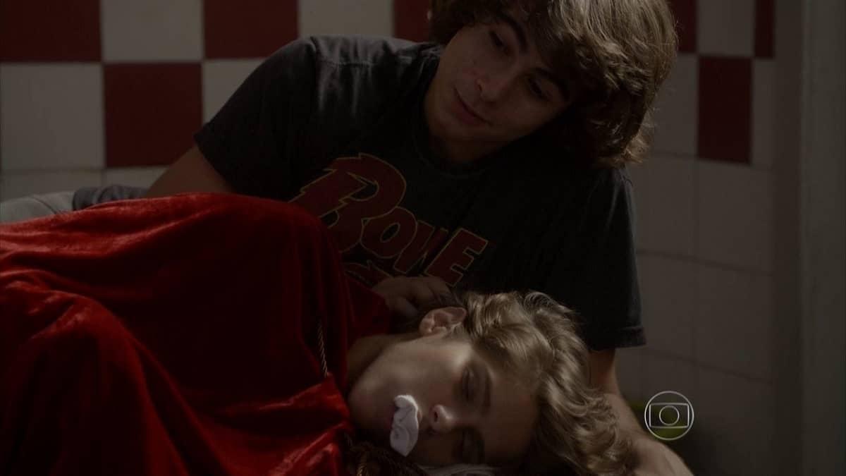 Pedro canta para Karina, que chora nesta quarta (8) em 'Malhação: Sonhos'