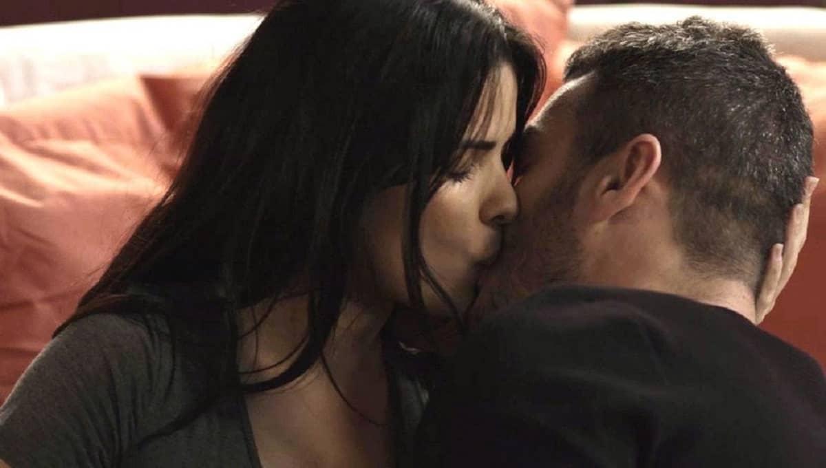 Domênico beija Antônia nesta terça (14) em 'Pega Pega'