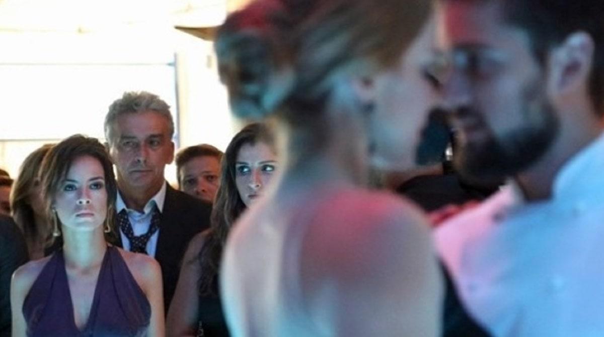 Maria Clara vê Cristina e Vicente quase se beijando nesta sexta (24) em 'Império'