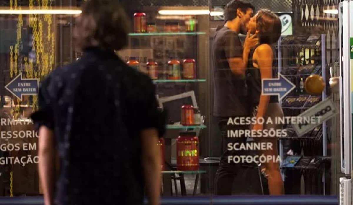 Pedro vê Karina e Cobra se beijando nesta sexta (24) em 'Malhação: Sonhos'