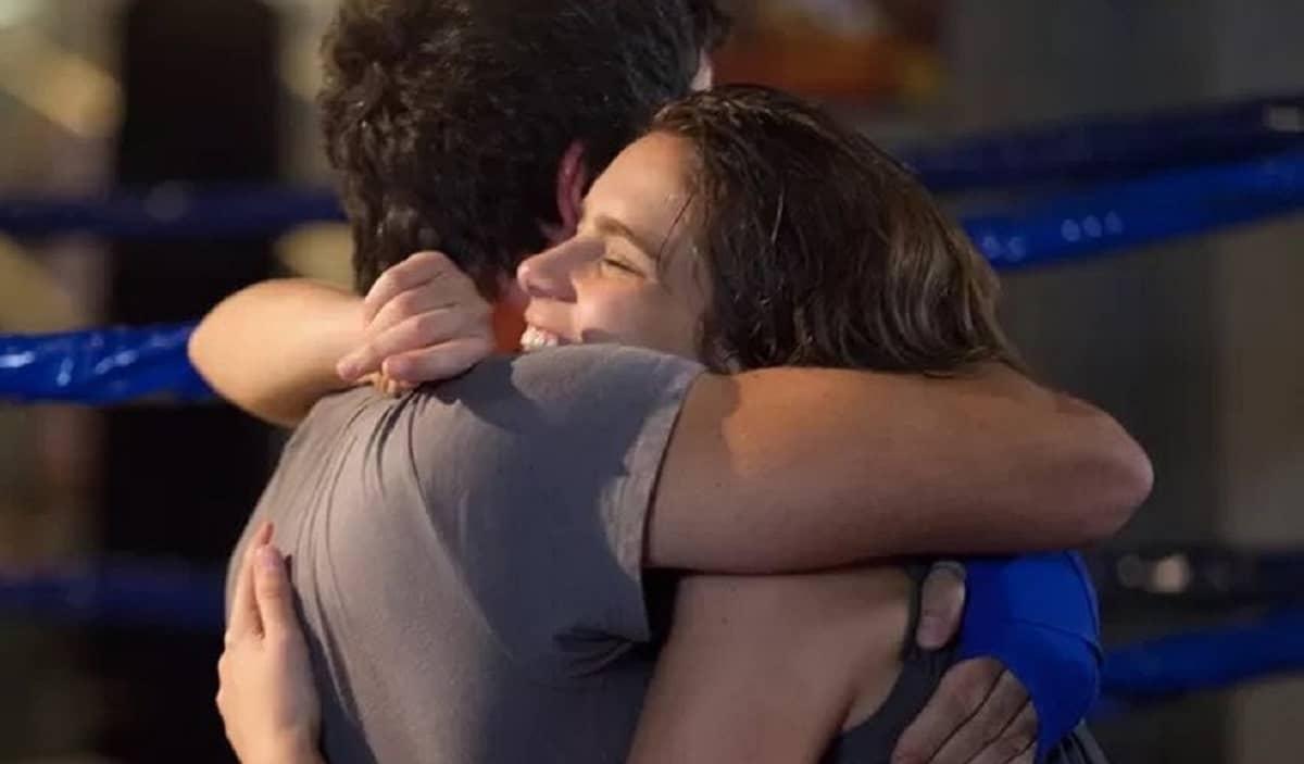 Karina chama Gael para treinar e eles se abraçam nesta terça (19) em 'Malhação: Sonhos'