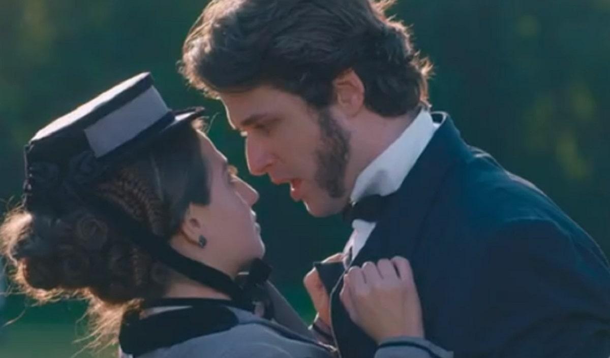 Augusto beija Leopoldina nesta sexta (29) em 'Nos Tempos do Imperador'